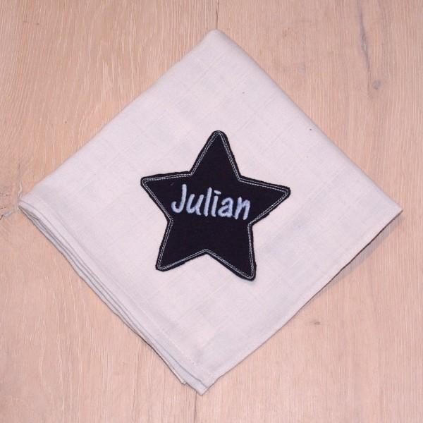 Mulltuch mit Sternapplikation und Wunschnamen babyblau/marine (Modell Julian)