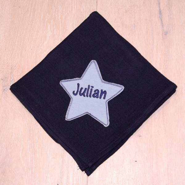 Mulltuch mit Sternapplikation und Wunschnamen marine/babyblau (Modell Julian)