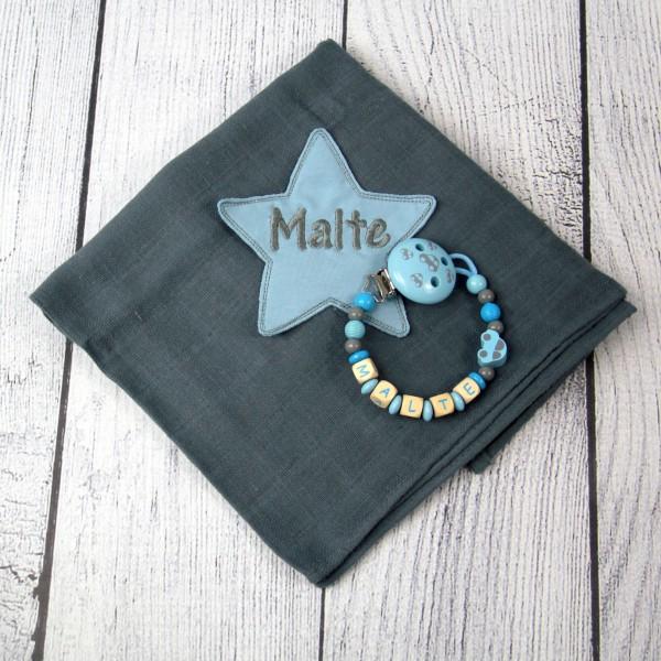 Mulltuch mit Sternapplikation und Wunschnamen und Schnullerkette grau/hellblau (Modell Malte)