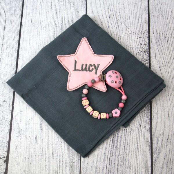 Mulltuch mit Sternapplikation und Wunschnamen und Schnullerkette grau/rosa (Modell Lucy)