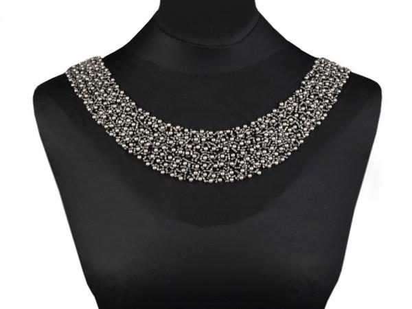 Kleiderbesatz mit Perlen silber