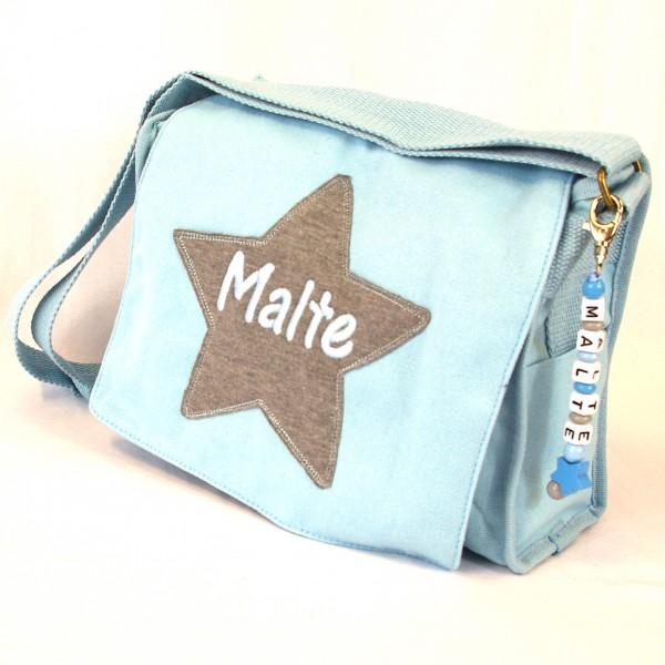 Schultertasche mit Sternapplikation und Name mit Taschenanhänger babyblau (Modell Malte)