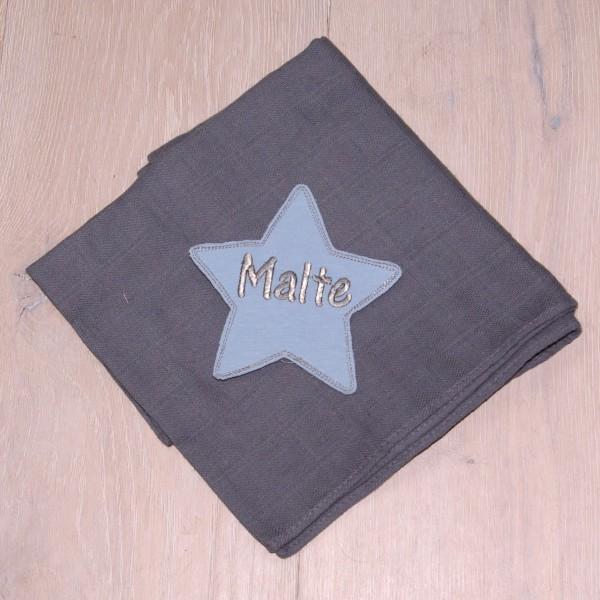 Mulltuch mit Sternapplikation und Wunschnamen grau/babyblau (Modell Malte)